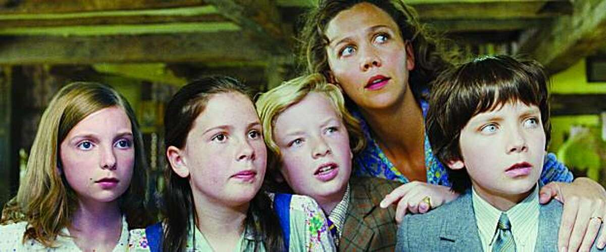 """(L to R) Celia (ROSIE TAYLOR-RITSON), Megsie (LIL WOODS), Cyril (EROS VLAHOS), Mrs. Green (MAGGIE GYLLENHAAL) and Norman (ASA BUTTERFIELD) remain a bit suspicious in the next chapter of the hilarious and heartwarming fable that has enchanted children around the world--""""Nanny McPhee Returns"""". Byline:"""