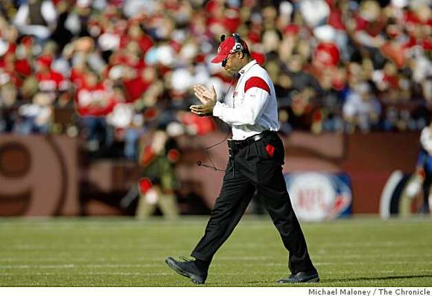 San Francisco 49ers head coach mike Singletary claps his hands as he walks to the sideline in a game hosted by the 49ers at Candlestick Park on Sunday, December 28, 2008. Photo: Michael Maloney, The Chronicle
