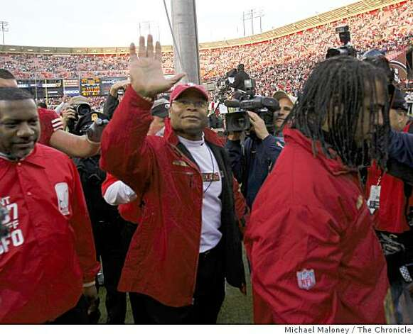 San Francisco 49ers head coach Mike Singletary waves to the fans after winning 27-24 during a game hosted by the 49ers at Candlestick Park on Sunday, December 28, 2008. Photo: Michael Maloney, The Chronicle