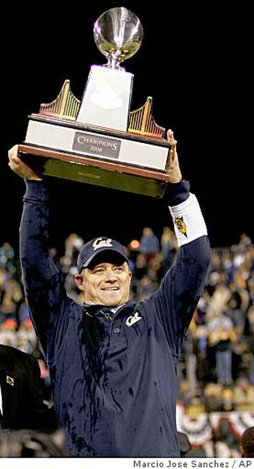 California head coach Jeff Tedford hoists the winner's trophy after a win over Miami  in the Emerald Bowl NCAA college football game in San Francisco,  Saturday, Dec. 27, 2008. California won 24-17. (AP Photo/Marcio Jose Sanchez) Photo: Marcio Jose Sanchez, AP