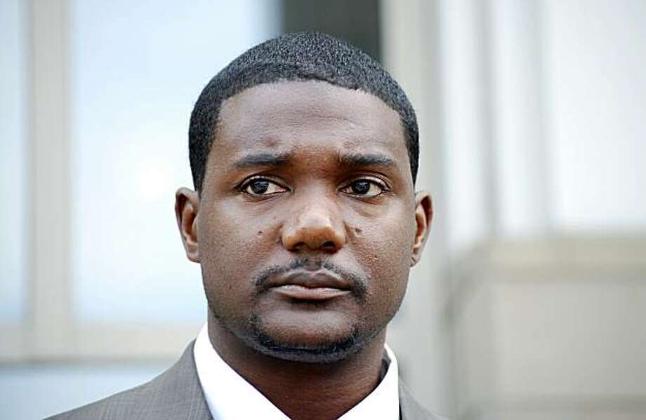 U.S. sprinter and Olympic 100 metres champion Justin Gatlin stands outside a federal court house after a hearing at which he hopes to win the right to compete in this week's Olympic trials, in Pensacola, Florida, June 23, 2008. Gatlin began another challenge on Monday against a doping ban in the hope of competing in this week's American trials for the Beijing Games. REUTERS/Matthew Bigg  (UNITED STATES) Photo: Matthew Bigg, Reuters