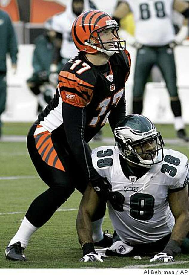Cincinnati Bengals kicker Shayne Graham (17) and Philadelphia Eagles safety Quintin Demps (39) look up as Graham just misses a 46-yard field goal in overtime of an NFL football game, Sunday, Nov. 16, 2008, in Cincinnati. The Eagles and Bengals played to a 13-13 tie, the NFL's first in six years. (AP Photo/Al Behrman) Photo: Al Behrman, AP