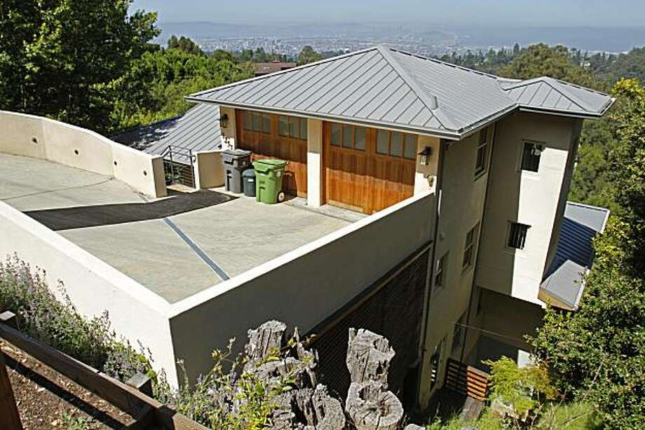 FILE - In this Monday, June 21, 2010 file photo, a Japanese inspired home in the hills of Oakland, Calif. owned by Democratic gubernatorial nominee Jerry Brown and his wife, former Gap executive Anne Gust, is shown.  Brown on Thursday, July 1 invited his Republican rival to tea at his $1.8 million house to discuss their next debate. (AP Photo/Ben Margot, File) Photo: Ben Margot, AP