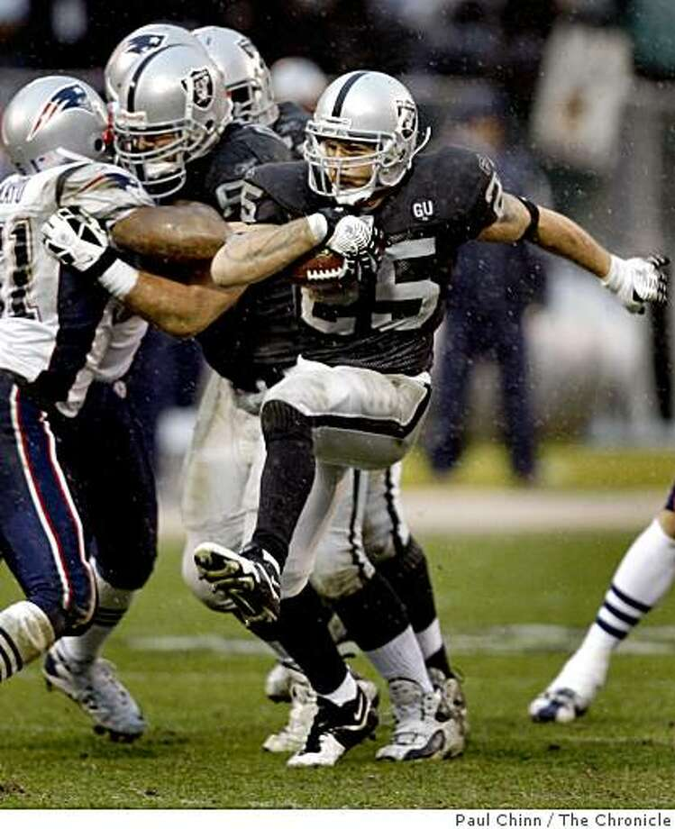 Justin Fargas high steps through a seam in the third quarter of the Oakland Raiders vs. New England Patriots NFL football game in Oakland, Calif., on Sunday, Dec. 14, 2008. Photo: Paul Chinn, The Chronicle