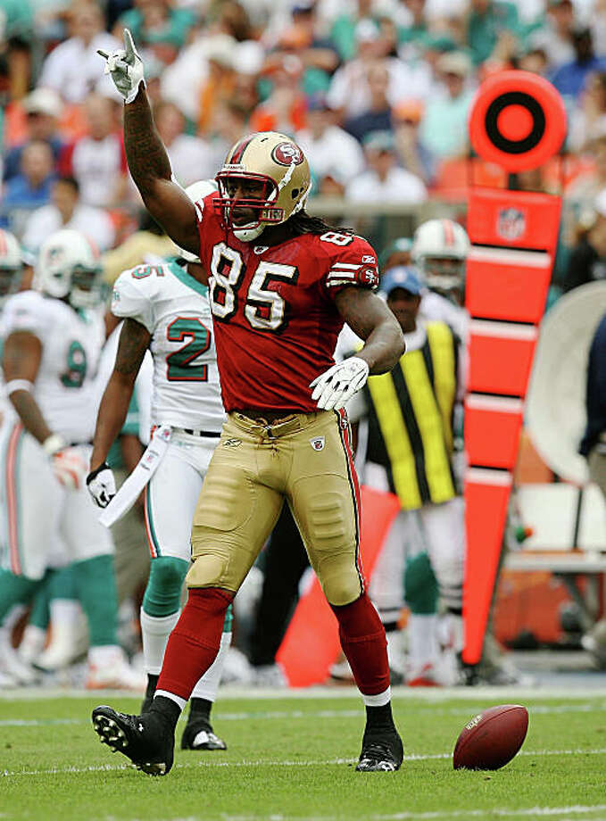 MIAMI - DECEMBER 14:  Tight end Vernon Davis #85 of the San Francisco 49ers celebrates after making a catch against the Miami Dolphins at Dolphin Stadium on December 14, 2008 in Miami, Florida. The Dolphins defeated the 49ers 14-9.  (Photo by Doug Benc/Getty Images) Photo: Doug Benc, Getty Images / ONLINE_YES
