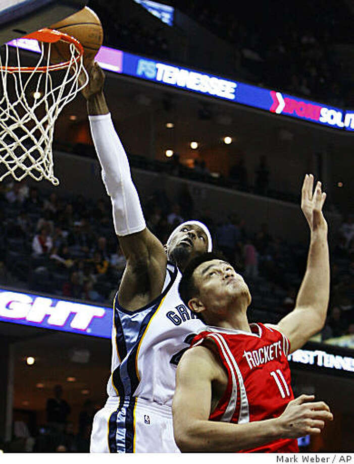 Memphis Grizzlies Hakim Warrick, back, drives to the basket by Houston Rockets Yao Ming of China, front, in the third quarter of an NBA basketball game Monday, Dec. 8, 2008, in Memphis, Tenn. (AP Photo/Mark Weber) Photo: Mark Weber, AP