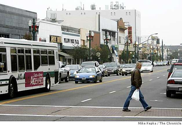 Park Street, Alameda's main shopping district, was photographed on, Friday Nov. 28, 2008 in Alameda, Calif. Photo: Mike Kepka, The Chronicle