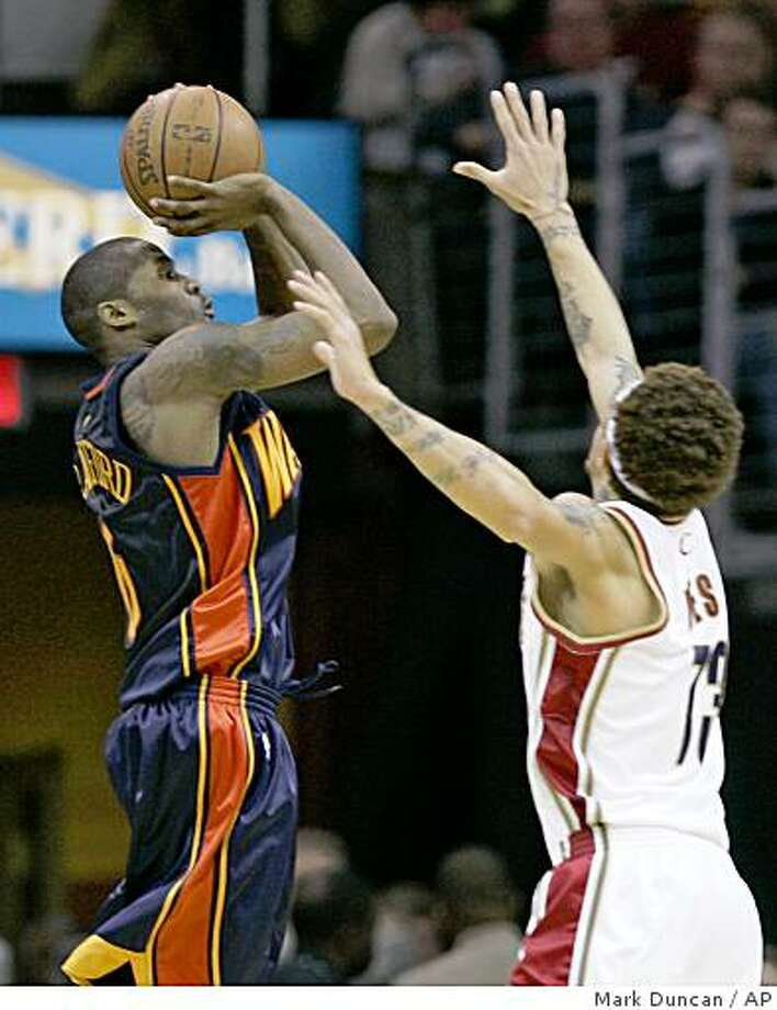 Golden State Warriors' Jamal Crawford shoots over Cleveland Cavaliers' Delonte West during the third quarter of a game Friday, Nov. 28, 2008, in Cleveland. Photo: Mark Duncan, AP