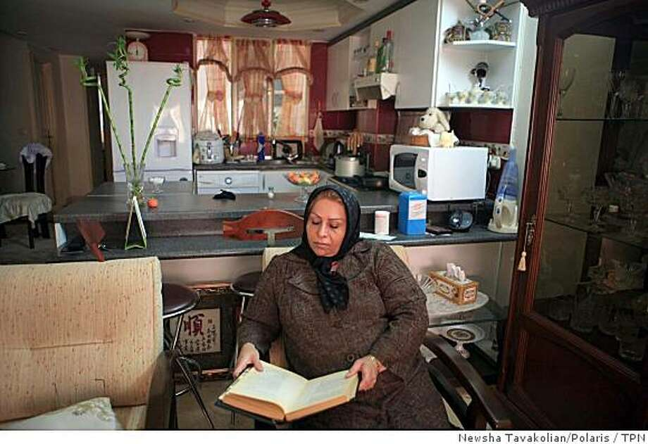 Nazanin Gohari has turned her living room into a library for women, with secondhand books filling up makeshift bookshelves. Illustrates IRAN-SALON (category a) by Borzou Daragahi (c) 2008, Los Angeles Times. Moved Saturday, Nov. 15, 2008. (MUST CREDIT: Photo for the Los Angeles Times by Newsha Tavakolian/Polaris.) Photo: Newsha Tavakolian/Polaris, TPN