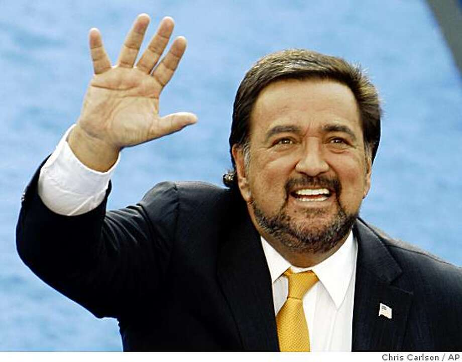 ** FILE ** In this Aug. 28, 2008 file photo, New Mexico Gov. Bill Richardson waves after addressing the Democratic National Convention in Denver.  President-elect Barack Obama has chosen Richardson to be Secretary of Commerce, adding a prominent Hispanic and one-time Democratic rival to his expanding Cabinet. Obama planned to announce the nomination after Thanksgiving, according to a Democratic official familiar with the discussions.   (AP Photo/Chris Carlson, File) Photo: Chris Carlson, AP