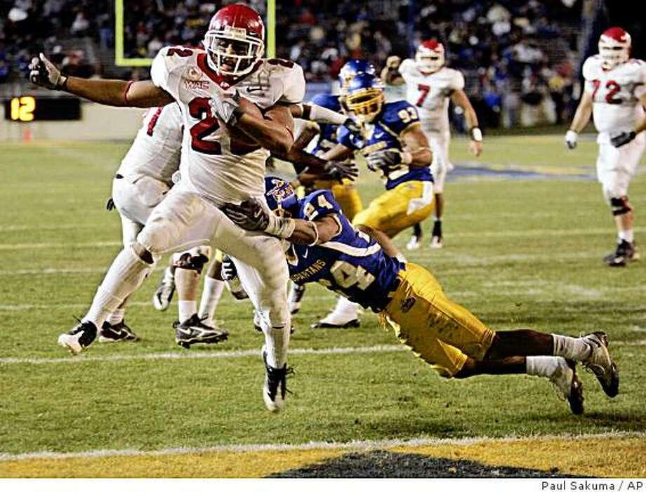 Fresno State running back Anthony Harding (22) scores a touchdown in front of San Jose State cornerback Devin Newsome (24) in the fourth quarter of an NCAA college football game in San Jose, Calif., Friday, Nov. 21, 2008. (AP Photo/Paul Sakuma) Photo: Paul Sakuma, AP
