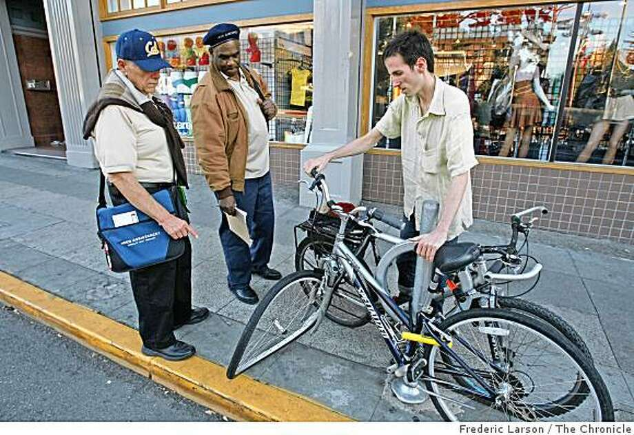 Bob Hunt (left_right) with his partner Wayne Jones talks to Perry Hallinan about a abandoned bicycle on of streets of Berkeley, Calif., on November 14, 2008. Photo: Frederic Larson, The Chronicle