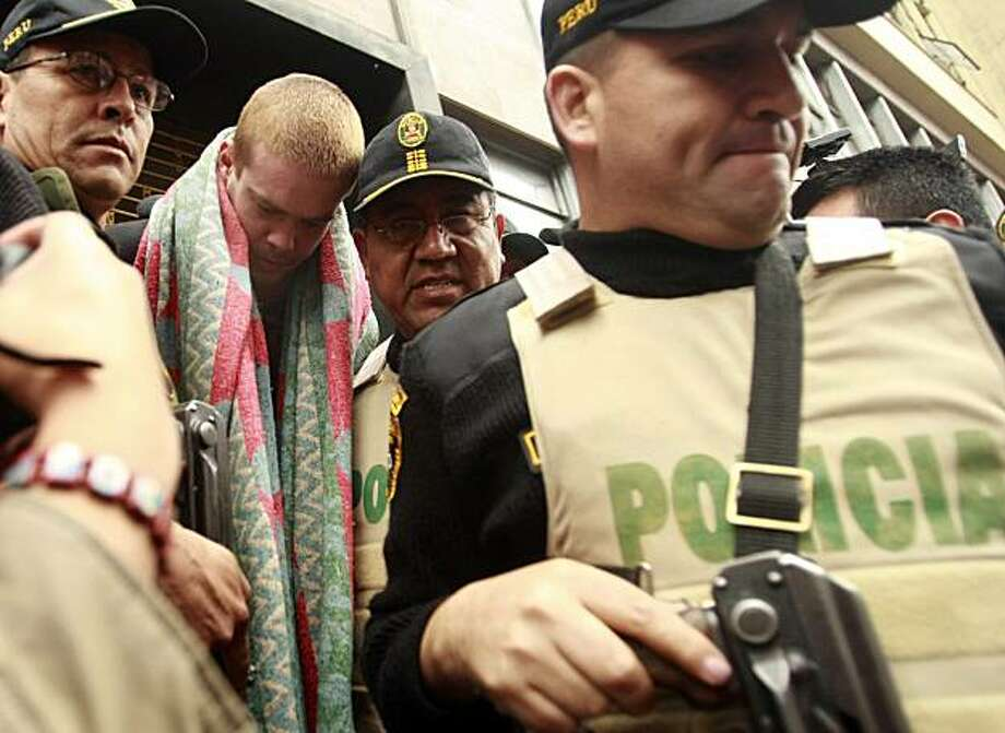 Dutchman Joran van der Sloot, second left, is escorted by police officers in Lima, Friday, June 11, 2010. According to Peruvian police Van der Sloot has confessed to killing Peruvian citizen Stephany Flores in his Lima hotel room on May 30. Photo: AP