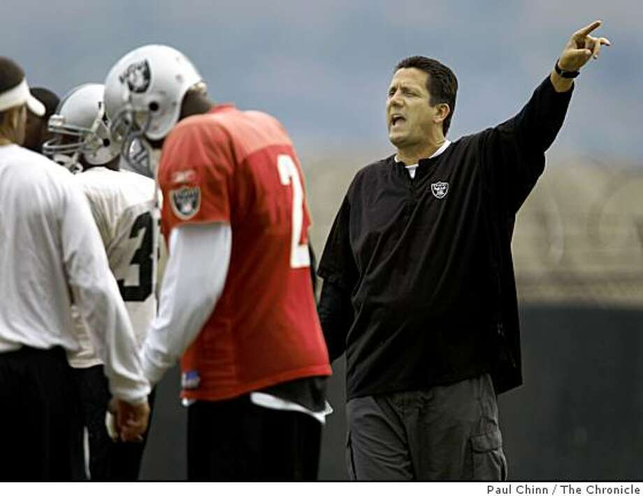 Offensive coordinator Greg Knapp directs an offensive drill during the Oakland Raiders team practice in Alameda, Calif., on Thursday, Oct. 2, 2008. Knapp will call the offensive plays for interim head coach Tom Cable. Photo: Paul Chinn, The Chronicle