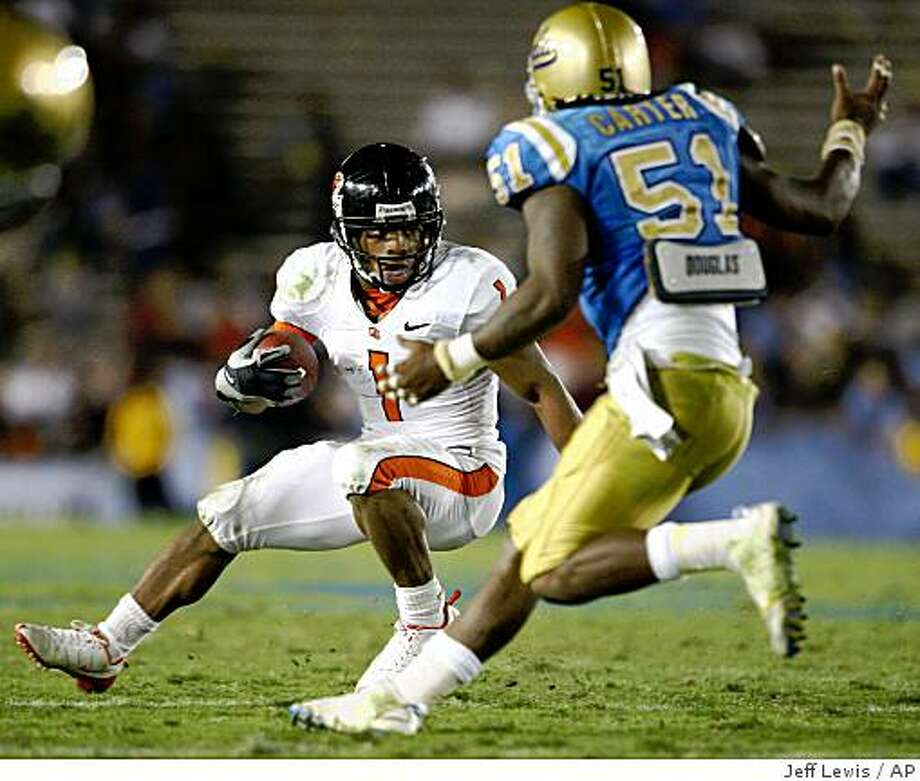 Oregon State tailback Jacquizz Rogers, left, runs past UCLA linebacker Reggie Carter during the second half of an NCAA college football game, Saturday, Nov. 8, 2008, in Pasadena, Calif. Oregon State won 34-6. (AP Photo/Jeff Lewis) Photo: Jeff Lewis, AP