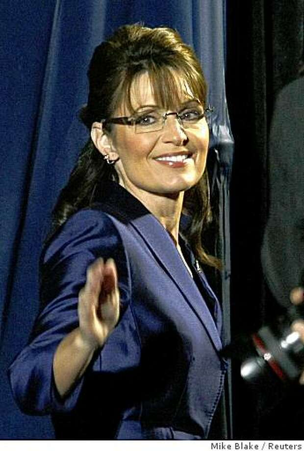 U.S. Republican vice- presidential nominee Alaska Gov. Sarah Palin waves to the crowd after U.S. Republican presidential nominee Senator John McCain (R-AZ) delivered his concession speech in Phoenix, November 4, 2008.   REUTERS/Mike Blake  (UNITED STATES)  US PRESIDENTIAL ELECTION CAMPAIGN  2008  (USA) Photo: Mike Blake, Reuters