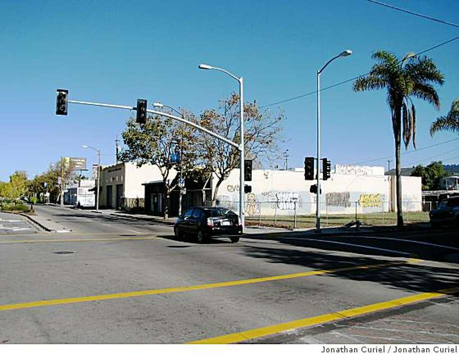 Traffic lights at 65th and San Pablo in Oakland Photo: Jonathan Curiel