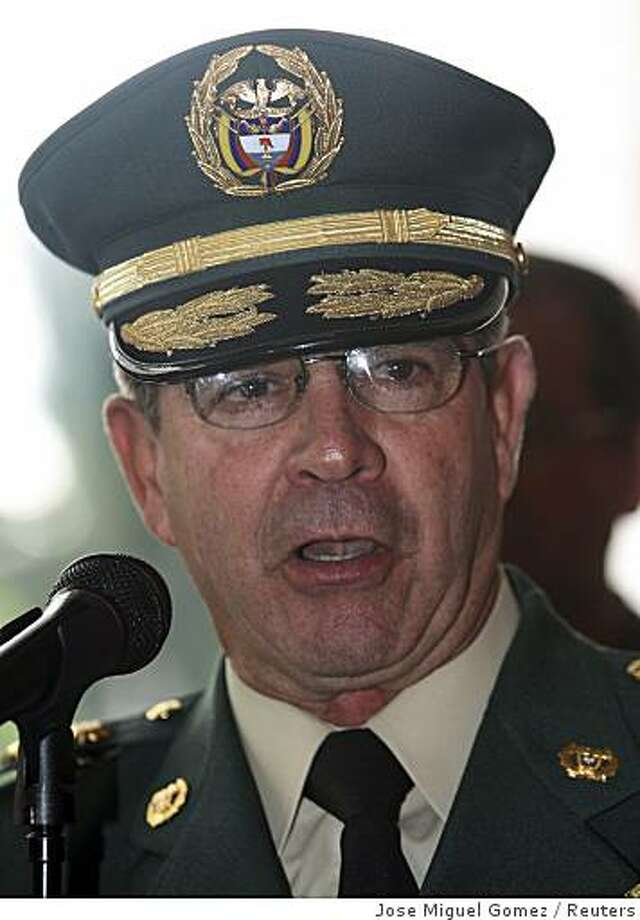 Colombia's army commander General Mario Montoya speaks to the media in Bogota, November 4, 2008. Colombia's top army commander General Montoya resigned on Tuesday after a probe tied scores of officers to the disappearance of a group of young men who were shot, dumped in mass graves and reported as killed in combat.  REUTERS/Jose Miguel Gomez   (COLOMBIA) Photo: Jose Miguel Gomez, Reuters