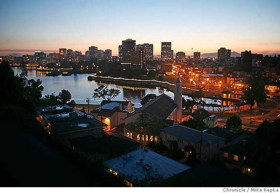 � lakemerritt00496_mk.JPG How will Oakland's plan redo large parts of Lake Merritt, with the help of measure DD, effect a well loved urban jewel. 4/20/07. Mike Kepka / The Chronicle (cq) the source MANDATORY CREDIT FOR PHOTOG AND SF CHRONICLE/NO SALES-MAGS OUT Photo: Mike Kepka
