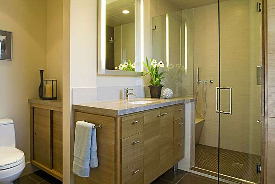 Rochelle Silberman gave the master bath of this El Cerrito home a look to complement the midcentury architecture. Photo: David Sandberg