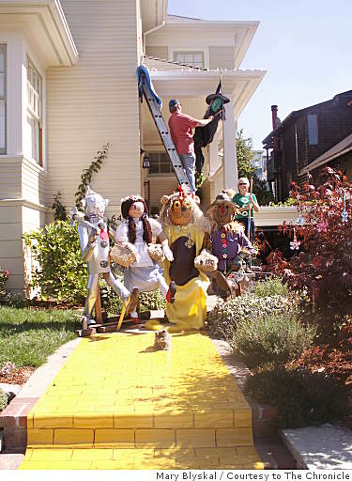 This hand-made Wizard of Oz display on Benvenue Street in Oakland was stolen Oct. 29, 2008.
