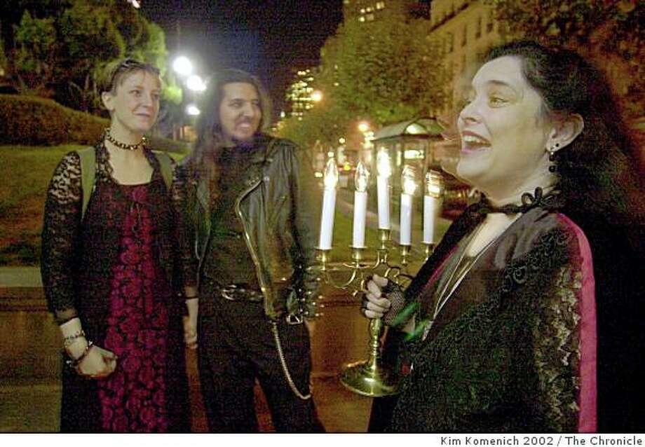 Kitty Burns, as Vampiress Mina, leads a vampire tour of San Francisco. Photo: Kim Komenich 2002, The Chronicle