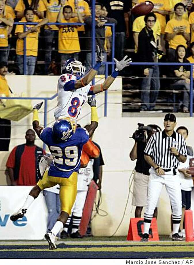 Boise State wide receiver Austin Pettis, top, makes a five-yard touchdown reception against San Jose State cornerback Christopher Owens during the first  half of a NCAA college football game in San Jose, Calif., Friday, Oct. 24, 2008. (AP Photo/Marcio Jose Sanchez) Photo: Marcio Jose Sanchez, AP