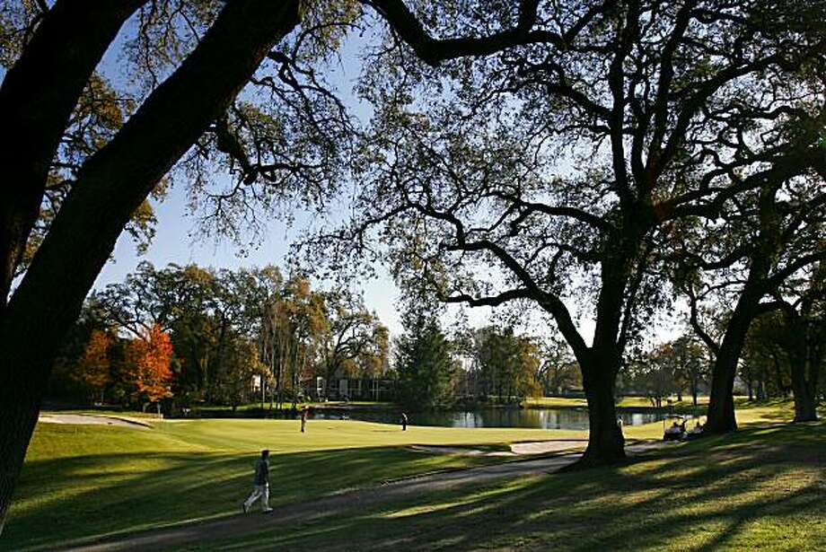 The 11th hole with many Oak trees and a lake is a par 3 on the North course at Silverado Country Club at Silverado Resort in Napa, CA, on Tuesday, December, 5, 2006.  12/5/06 Darryl Bush / The Chronicl Photo: Darryl Bush, The Chronicle