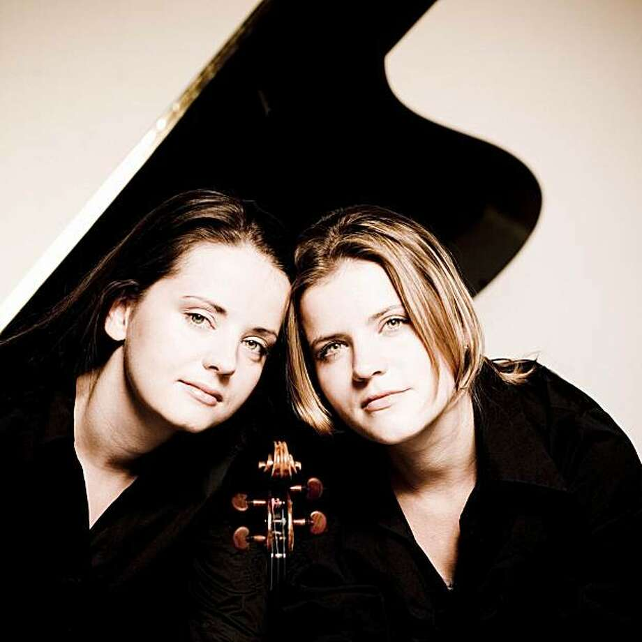 Violinist Baiba Skride (l.) and pianist Lauma Skride Photo: Marco Borggreve