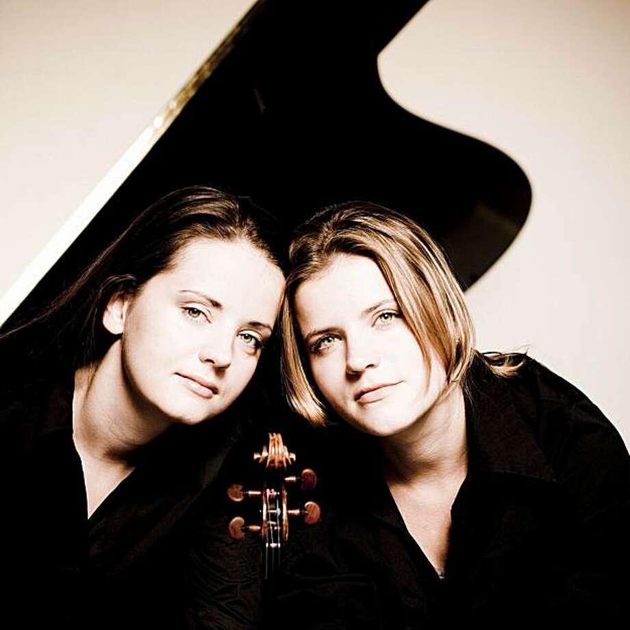 Violinist Baiba Skride (l.) and pianist Lauma Skride Photo: Marco Borggreve
