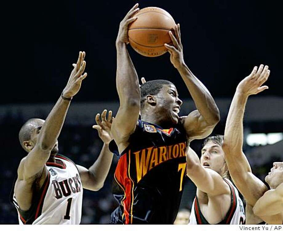 Golden State Warriors' Kelenna Azubuike, center, drives to the basket against Milwaukee Bucks players during an exhibition basketball game at Guangzhou Gymnasium in Guangzhou, southern China, Wednesday, Oct. 15, 2008. Photo: Vincent Yu, AP