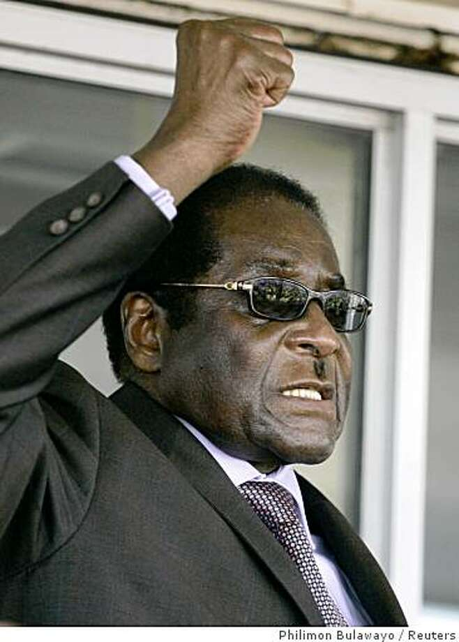 Zimbabwe President Robert Mugabe addresses supporters at Harare airport, September 29, 2008, after returning from the U.N. general assembly in New York. REUTERS/Philimon Bulawayo (ZIMBABWE) Photo: Philimon Bulawayo, Reuters