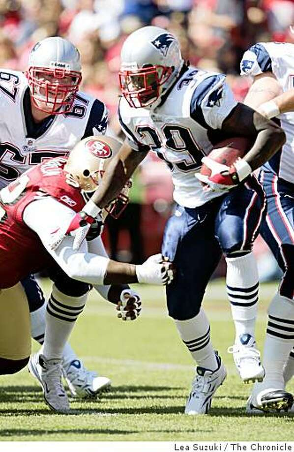 New England Patriots Laurence Maroney (39) runs with the ball in the first quarter on Sunday, October 5, 2008 in San Francisco, Calif.  Final score: San Francisco 49ers 21 to New England Patriots 30. Photo: Lea Suzuki, The Chronicle