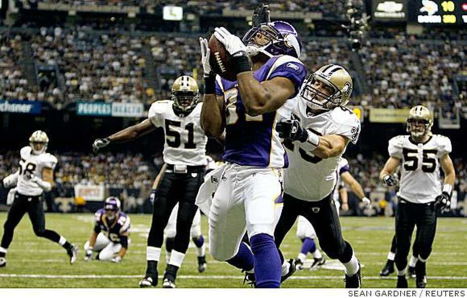 Minnesota Vikings tight end Vansanthe Shiancoe (81) catches a touchdown pass from running back Adrian Peterson (28) against the New Orleans Saints during the second quarter of their NFL football game in New Orleans, October 6, 2008. REUTERS/Sean Gardner (UNITED STATES) Photo: SEAN GARDNER, REUTERS