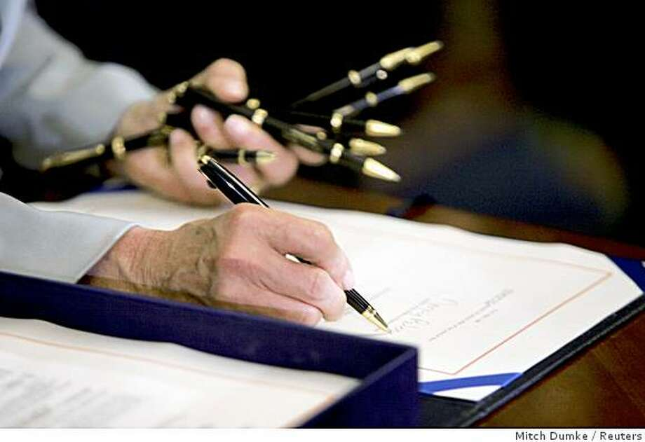 U.S. House Speaker Nancy Pelosi (D-CA) signs the financial bailout bill after it passed through the House Floor at the Capitol in Washington, October 3, 2008.  The U.S. Congress approved a $700 billion bailout package for U.S. banks as efforts to head off a spreading global financial crisis hung in the balance.            REUTERS/Mitch Dumke     (UNITED STATES) Photo: Mitch Dumke, Reuters