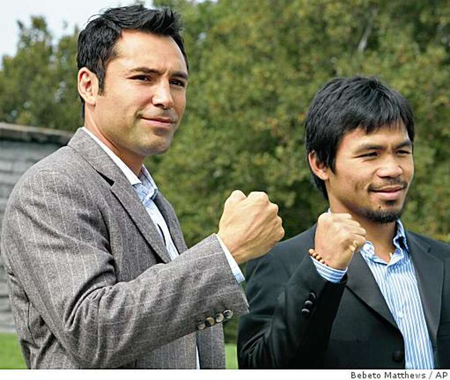 Oscar De La Hoya, left, and Manny Pacquiao pose near the Statue of Liberty before a news conference, Wednesday Oct. 1 , 2008, in New York. Photo: Bebeto Matthews, AP