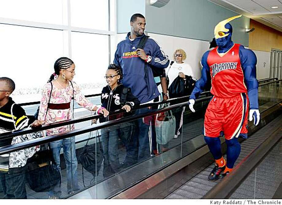 "Stephen Jackson of the Golden State Warriors, along with ""Thunder"" the Warrior mascot,  helps escort  third graders from his hometown of Port Arthur, Texas after they exited a Southwest Airlines flight in Oakland, Calif. on Monday, February 25, 2008. Photo: Katy Raddatz, The Chronicle"