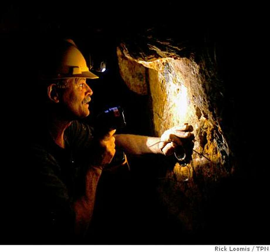 Mark, who prefers not to use his last name in print, examines a vein of quartz inside his mine. The price of gold has grown as the U.S. economy falters. Illustrates CALIF-ESSAY (category a) by Peter H. King (c) 2008, Los Angeles Times. Moved Wednesday, Oct. 1, 2008. (MUST CREDIT: Los Angeles Times photo by Rick Loomis.) Photo: Rick Loomis, TPN