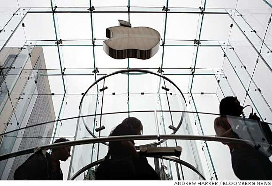Customers arrive to an Apple store in New York, U.S., on Friday, Sept. 12, 2008. This week, Apple Inc. Chief Executive Officer Steve Jobs introduced slimmer iPod media players and cut the price on the touch-screen model 23 percent, appealing to cost-conscious consumers before the holiday shopping season. Photographer: Andrew Harrer/Bloomberg News Photo: ANDREW HARRER, BLOOMBERG NEWS