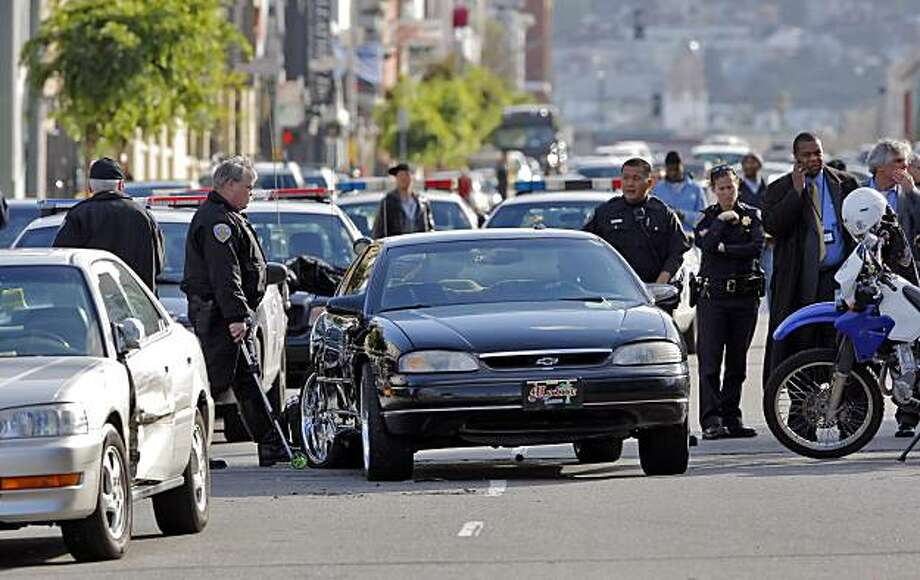 San Francisco Police Department investigators examine the scene of an officer-involved shooting on Folsom Street in San Francisco, Calif., on Monday, April 12, 2010. Photo: Carlos Avila Gonzalez, The Chronicle