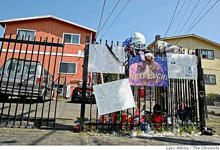 A memorial sits outside the homes on 82nd Avenue and MacArthur Boulevard in Oakland, Calif., on Sept. 11, 2008 where Kennah Wilson and her daughter were killed. They were the third and fourth to be killed at the spot since April of 2008. Photo: Lacy Atkins, The Chronicle