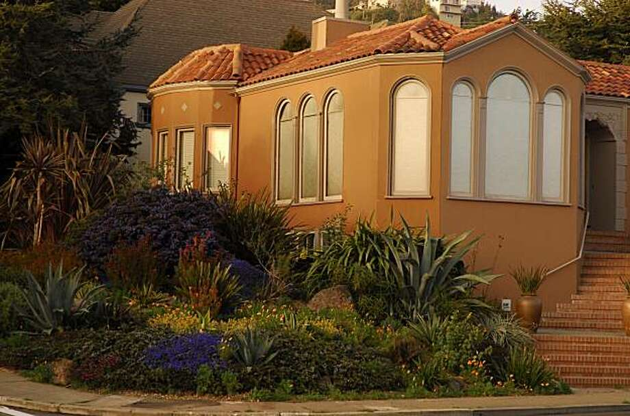 This San Francisco garden features a drought-tolerant design by Organic Mechanics. Photo: David Goldberg