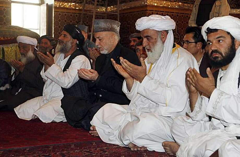Afghan President Hamid Karzai, center, prays at a mosque in Kandahar city, south of Kabul, Afghanistan, Monday, April 5, 2010. Photo: Allauddin Khan, AP