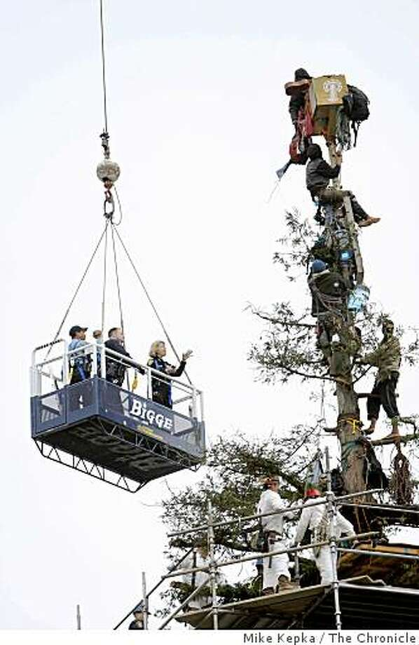 (NYT67) BERKELEY, Calif. -- Sept. 9, 2008 -- CALIF-TREESITTER-STANDOFF --  Authorities negotiate with tree-sitters atop a tree on the campus of the University of California in Berkeley, Calif., Tuesday, Sept. 9, 2008. Four tree-sitters climbed down from the 80-foot-tall redwood tree near Memorial Stadium Tuesday afternoon, bringing a peaceful ending to a nearly 2-year-long standoff that attracted national attention. (Mike Kepka/The San Francisco Chronicle) MANDATORY CREDIT FOR PHOTOG AND SF CHRONICLE/NO SALES-MAGS OUT Photo: Mike Kepka, The Chronicle