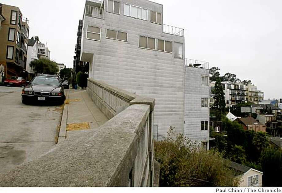 A suspected car burglar, trying to elude police officers, died after the unidentified man jumped over a retaining wall at the end of Alta Street (left) on Telegraph Hill and fell 200-feet below in San Francisco, Calif., on Thursday, Sept. 11, 2008. Photo: Paul Chinn, The Chronicle