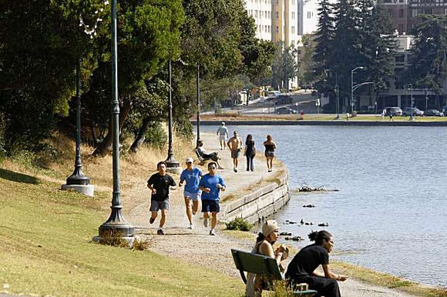 The pedestrian walkway at Lake Merritt in Oakland, Calif. on Wednesday, July 15, 2009. Photo: Liz Hafalia, The Chronicle