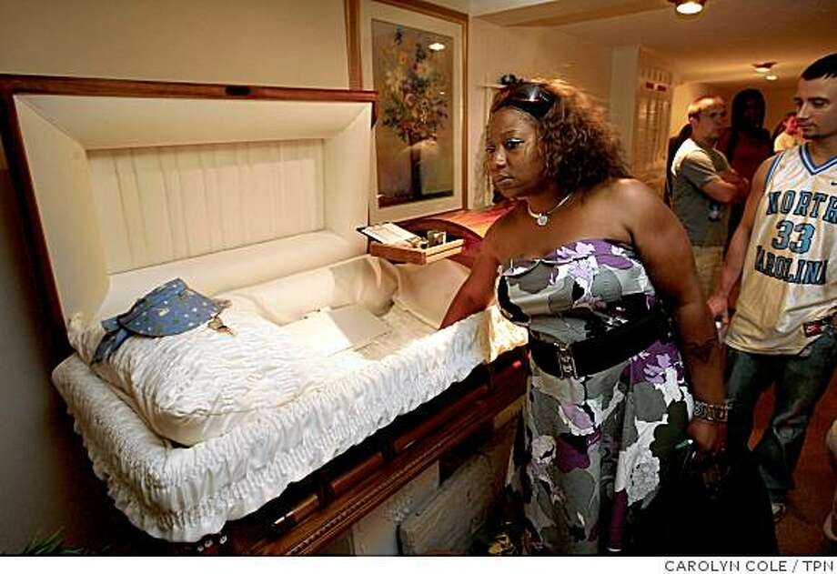 Karen Parker feels the softness of a coffin at McCracken Funeral Home in Union, N.J., as Roger Jasiak waits in Norma Bowe's Death in Perspective class. Illustrates DEATHCLASS (category a) by Erika Hayasaki (c) 2008, Los Angeles Times. Moved Saturday, Sept. 6, 2008. (MUST CREDIT: Los Angeles Times photo by Carolyn Cole.) Photo: CAROLYN COLE, TPN