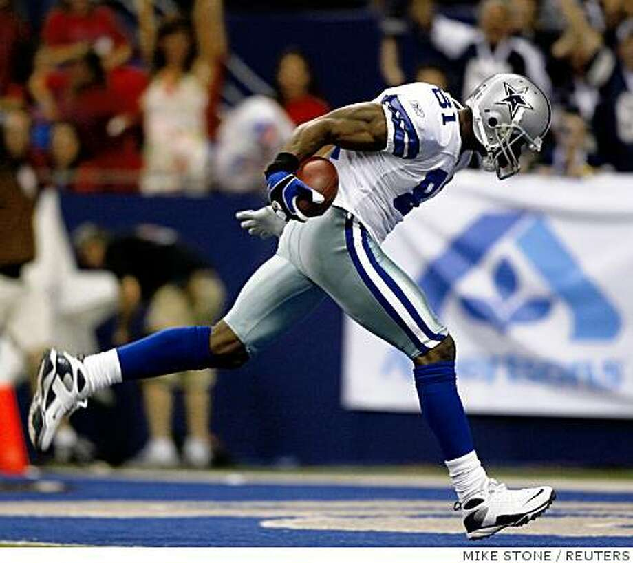 Dallas Cowboys' Terrell Owens goes into the endzone to score on a touchdown pass during the first quarter of their NFL football game against the Philadelphia Eagles in Irving, Texas September 15, 2008.     REUTERS/Mike Stone (UNITED STATES) Photo: MIKE STONE, REUTERS