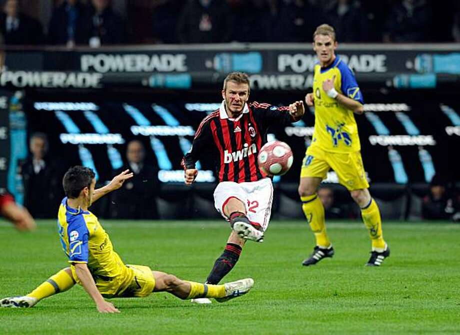 MILAN, ITALY - MARCH 14:  David Beckham of AC Milan competes for the ball with Giampiero Pinzi of AC Chievo during the Serie A match between AC Milan and AC Chievo Verona at Stadio Giuseppe Meazza on March 14, 2010 in Milan, Italy. Photo: Claudio Villa, Getty Images