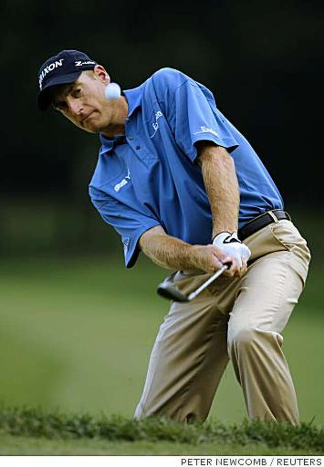 Jim Furyk chips onto the eighteenth green during third round action in the 2008 BMW Championship golf tournament at the Bellerive Country Club in Town & Country, near St. Louis, Missouri September 6, 2008. REUTERS/Peter Newcomb (UNITED STATES) Photo: PETER NEWCOMB, REUTERS